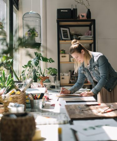 femme-bureau-plantes